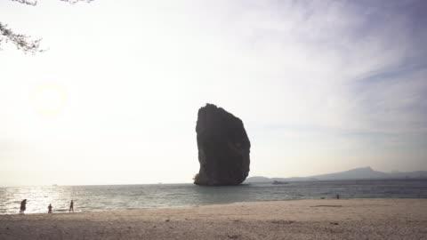 dolly shot, scenic thailand beach at sunset - mellanstor grupp av människor bildbanksvideor och videomaterial från bakom kulisserna