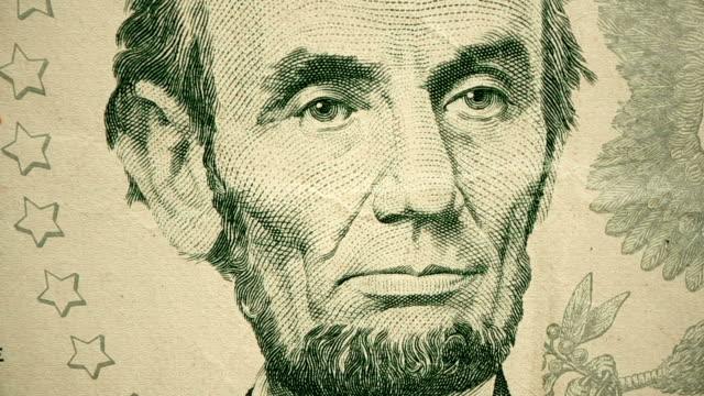 vídeos y material grabado en eventos de stock de disparo de dolly que muestra detalleextremo del grabado de abraham lincoln en el billete de $5 dólares - billete de cinco dólares estadounidense