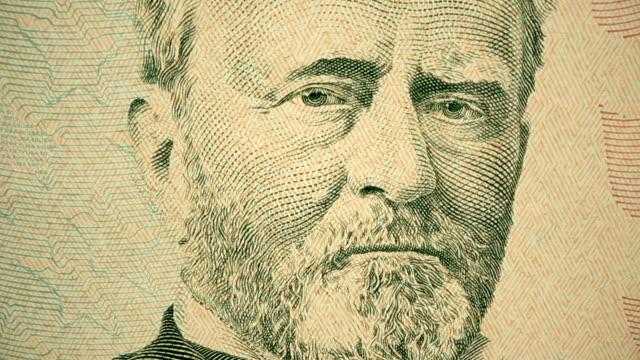 vídeos y material grabado en eventos de stock de disparo de dolly que muestra el detalle extremo del grabado de ulysses s. grant en el billete de $50 dólares - ulysses s grant