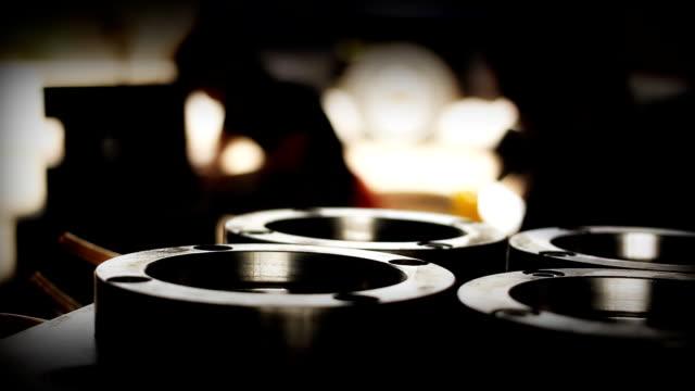 vídeos de stock e filmes b-roll de plano charriot : indústria siderúrgica. fundo escuro. - trabalho de metal