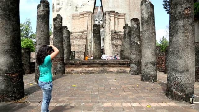 hd dolly shot: tourist taking pictures - digital spegelreflexkamera bildbanksvideor och videomaterial från bakom kulisserna
