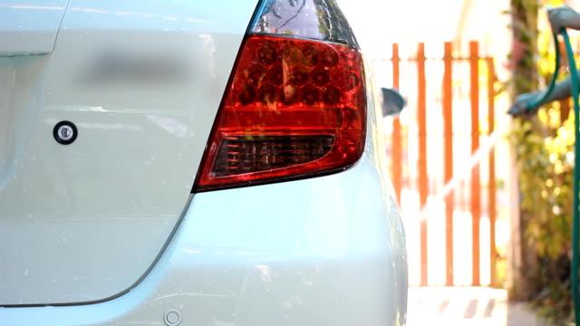 transportwagen-shot : waschung ein auto. - kamerafahrt mit dolly stock-videos und b-roll-filmmaterial