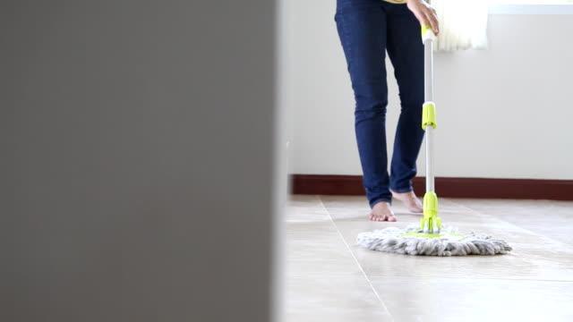 Dolly shot donna è pulizia del pavimento