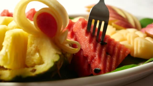vidéos et rushes de dolly tourné: collation de fruits - aliment en portion