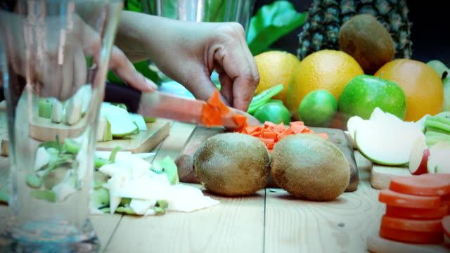 Dolly Shot: vrouw snijden van wortelen