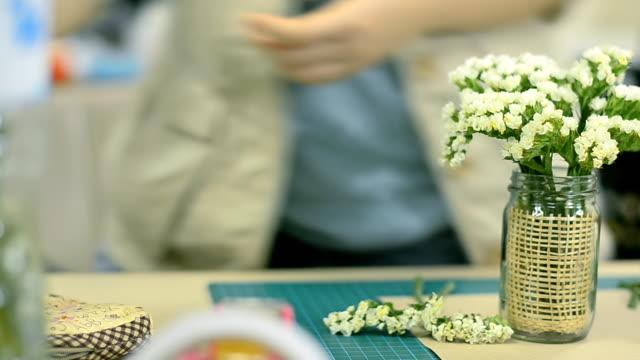 vídeos de stock, filmes e b-roll de dolly: branco pequenas flores em vaso com decoração - bouquet