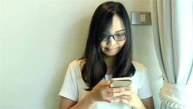 HD :Dolly 女性のスマートフォンを使用してのお部屋には、ウィンドウが表示されます。