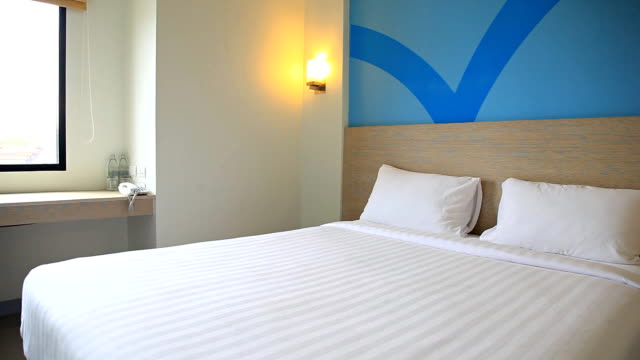 stockvideo's en b-roll-footage met hd dolly:bedroom and lamp - dubbel bed