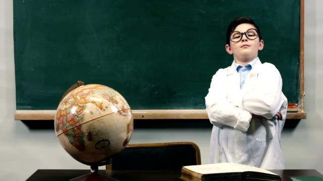 vidéos et rushes de dolly :  enfant faire l'enseignant. - se déguiser