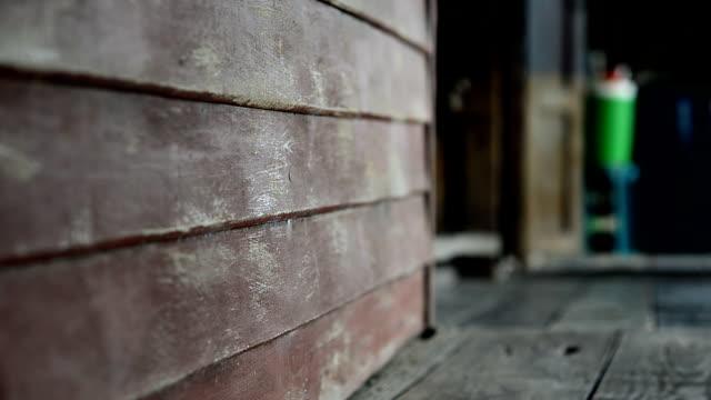 vídeos y material grabado en eventos de stock de dolly, pared vieja casa de madera en estilo tailandés. - desigual con textura