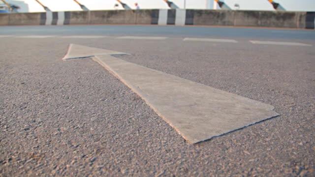 Dolly: o símbolo de seta na superfície da estrada.