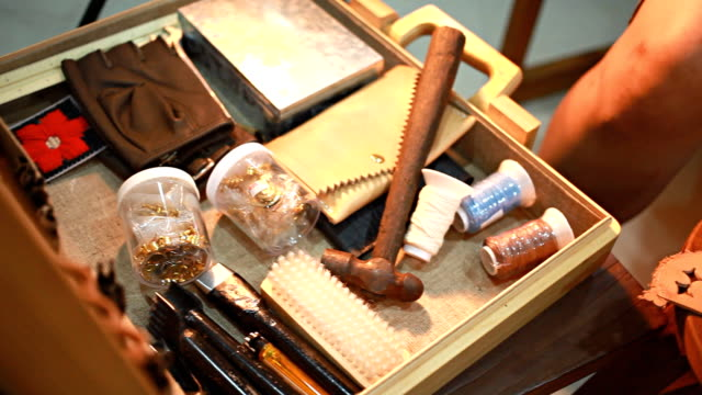 hd dolly: verwenden sie eine meißel hammer auf dem leder. - dornig stock-videos und b-roll-filmmaterial