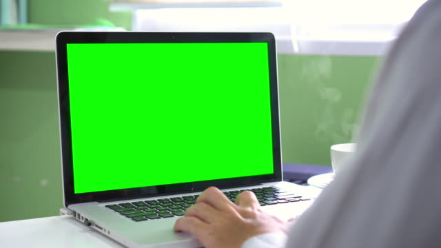 vídeos de stock e filmes b-roll de dolly:using computer laptop with green screen - sobre os ombros vista traseira