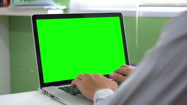 dolly: mit computer laptop mit greenscreen - über die schulter stock-videos und b-roll-filmmaterial