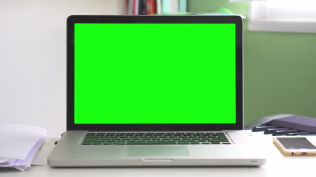 vídeos de stock e filmes b-roll de dolly:using computer laptop with green screen,no people - sobre os ombros vista traseira