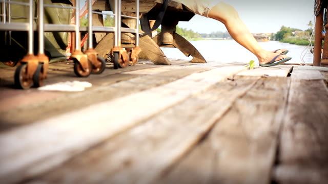 vidéos et rushes de hd dolly: femme assise sur le pont en bois. - pince à papier
