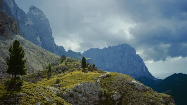 dolomites scenics view: timelapse on sassolungo - langkofel sassolungo video stock e b–roll