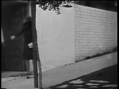 dolores del rio walking to limousine where black chauffeur waits / newsreel - anno 1928 video stock e b–roll