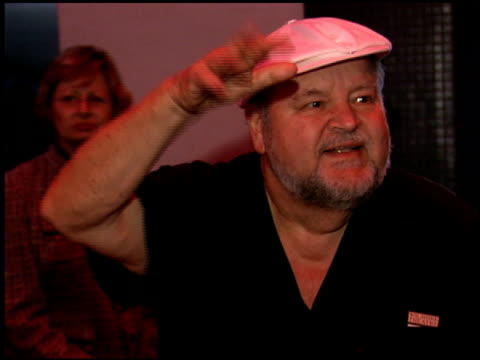 vídeos de stock, filmes e b-roll de dom deluise at the billy crystal 700 sundays at wilshire theatre in beverly hills california on january 12 2006 - billy crystal