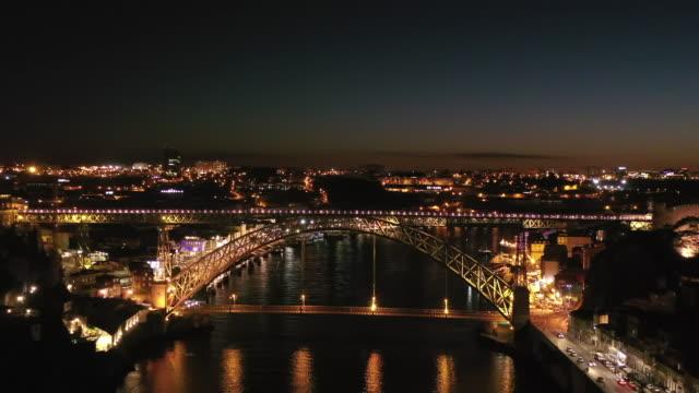 dom luis bridge downtown district night scenery / porto, portugal - lichttyp stock-videos und b-roll-filmmaterial