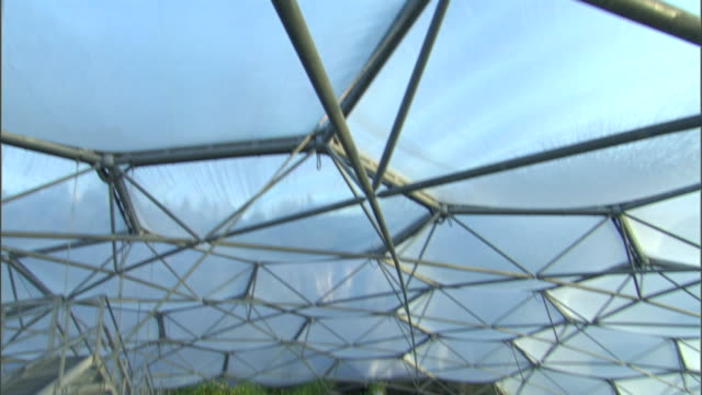 vídeos y material grabado en eventos de stock de a dome encloses a lush rainforest at the eden project. - cornwall inglaterra