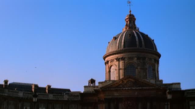 ms, dome of institut de france, paris, france - frontgiebel stock-videos und b-roll-filmmaterial