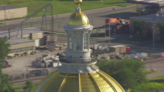 ws ds aerial pov dome of iowa state capitol in city / des moines, iowa, united states - dome stock videos & royalty-free footage