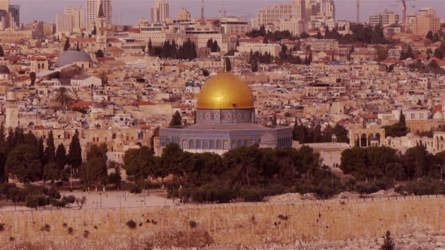 vidéos et rushes de dome of of the rock mosque with jerusalem old city in background, seen from above - unesco