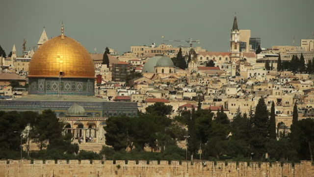 dome of the rock mosque with jerusalem skyline - palestinian territories stock videos and b-roll footage