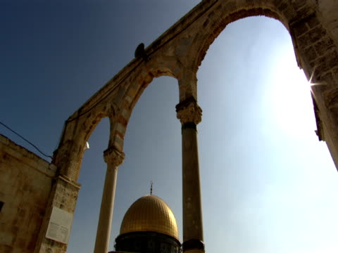 dome of the rock seen through arch - gerusalemme est video stock e b–roll