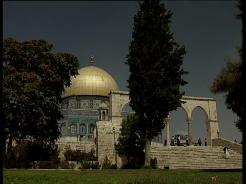 dome of the rock with tourists and worshippers walking down steps jerusalem - 信者点の映像素材/bロール