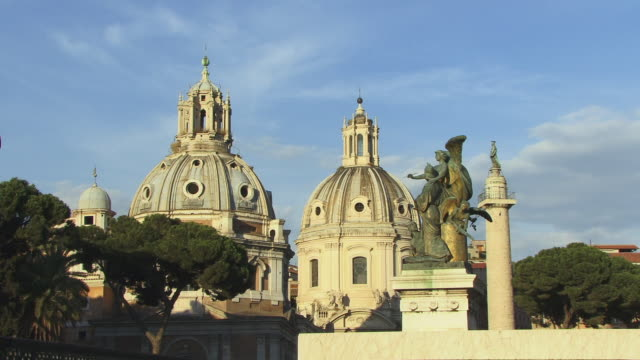 stockvideo's en b-roll-footage met ms, zi, domes of santa maria di loreto church and top of trajan's column, rome, italy - 16e eeuwse stijl