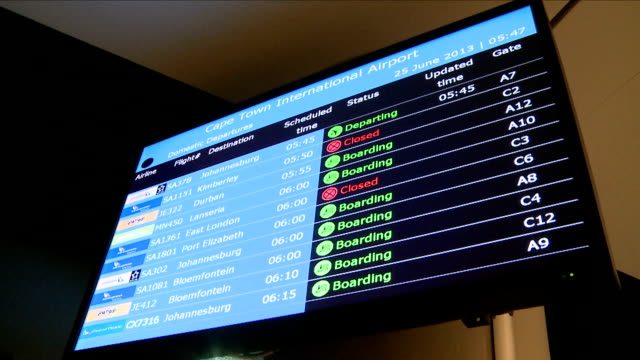 vídeos de stock, filmes e b-roll de domestic departures screen at cape town international airport cape town international airport is located in cape town south africa and is the third... - sinal informativo