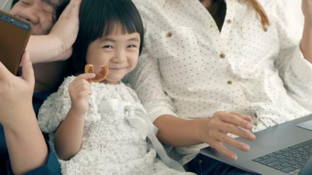 ベッドの上の国内での生活: 家族 - 家点の映像素材/bロール