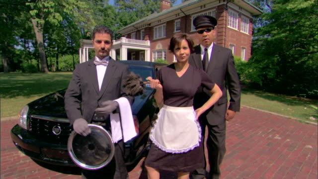 vídeos de stock, filmes e b-roll de domestic servants with limousine and mansion - mordomo equipe doméstica