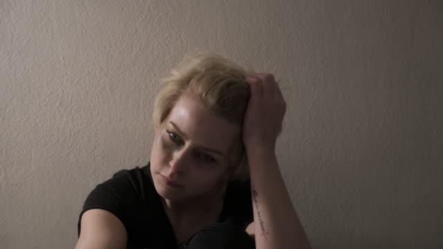 vidéos et rushes de situations de violence familiale, coups de feu - dépression