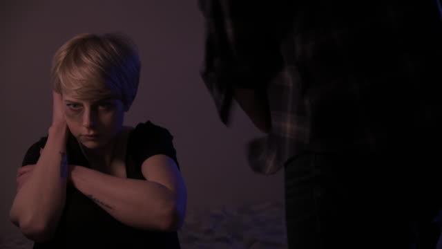 situazioni di violenza domestica, colpi di padella - violenza video stock e b–roll