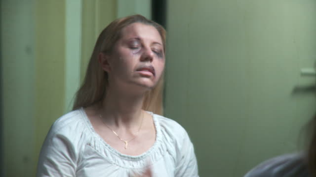 dolly hd: gewalt in der familie opfer der telefonnummer 911 - blauer fleck stock-videos und b-roll-filmmaterial