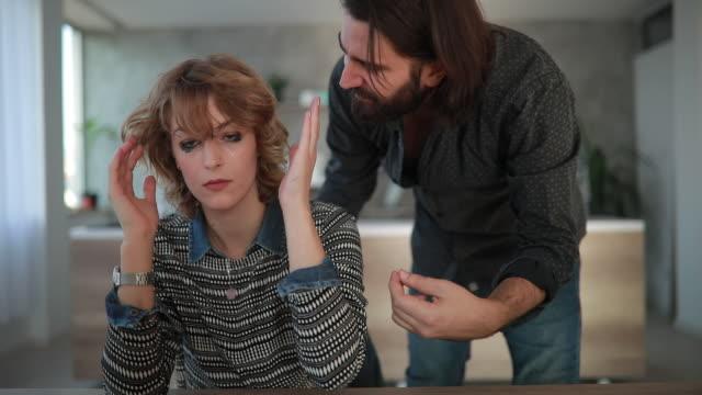 vidéos et rushes de violence domestique - mari