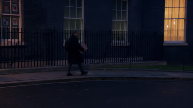 dominic cummings carrying a cardboard box out of 10 downing street after quitting his position as government advisor - box container stock videos & royalty-free footage