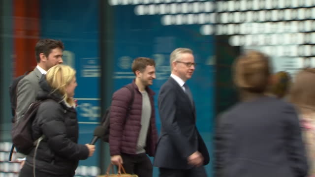 vídeos y material grabado en eventos de stock de dominic raab, michael gove and rory stewart arriving for a televised leadership contest debate - concurso television
