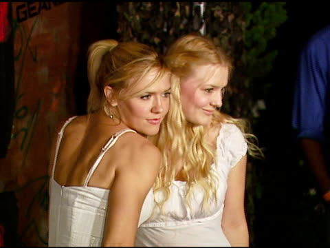 dominique swain and sister chelsea at the xbox 360 gears of war launch at hollywood forever cemetery in los angeles, california on october 25, 2006. - ギアーズオブウォー点の映像素材/bロール