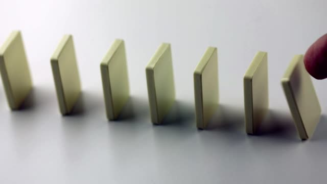 dominobrickor faller i rad - slow motion - vänta bildbanksvideor och videomaterial från bakom kulisserna