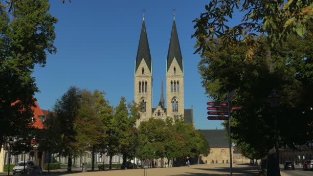 vidéos et rushes de domplatz square and halberstadt cathedral of st. stephen and st. sixtus, halberstadt, saxony-anhalt, germany - indication de direction