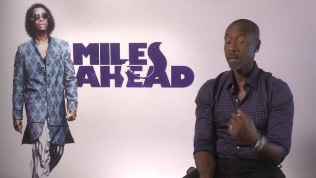 vídeos de stock e filmes b-roll de interview don cheadle on producing directing the film not sleeping stress at 'miles ahead' junket on april 05 2016 in london england - dirigir
