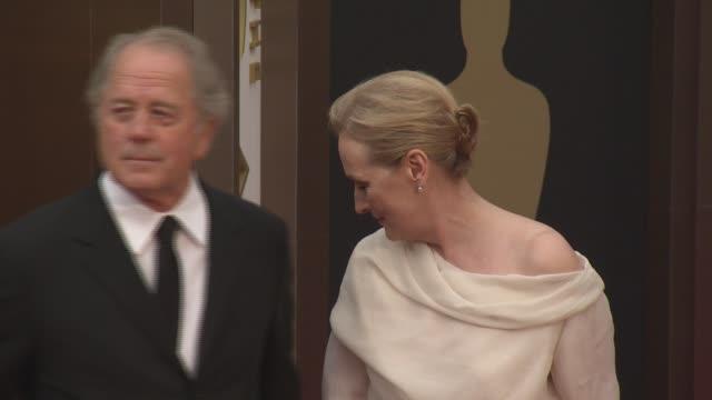 don gummer and meryl streep - 86th annual academy awards - arrivals at hollywood & highland center on march 02, 2014 in hollywood, california. - メリル・ストリープ点の映像素材/bロール