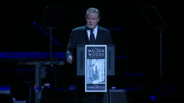 vídeos de stock e filmes b-roll de chyron don henley honors robert redford with the walden woods projects global environmental leadership award at wang theatre on september 16 2014 in... - robert redford