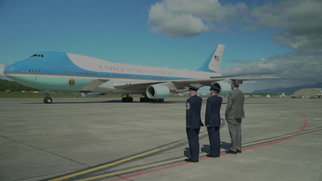 donald j trump landed at joint base elmondorf-richardson in air force one as part of a refueling stop en route to japan, 24 may 2019. - エアフォースワン点の映像素材/bロール