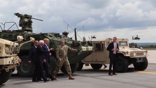 vídeos de stock, filmes e b-roll de donald j trump receives an air assault and gun raid demonstration and howitzer slingload operation by 10th combat aviation brigade and infantry and... - exército