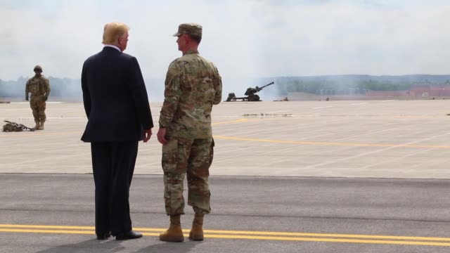 vídeos de stock e filmes b-roll de donald j trump receives an air assault and gun raid demonstration and howitzer sling-load operation by 10th combat aviation brigade and infantry and... - air raid